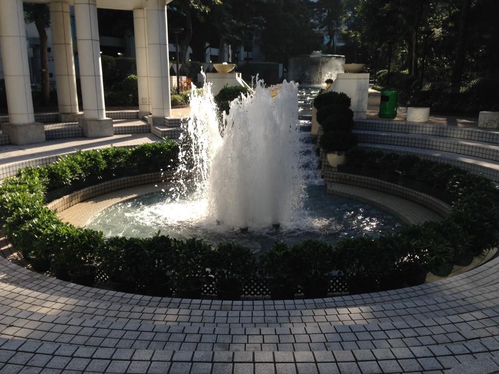 園中流水不絕